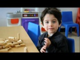 Мальчик поёт песенку про  алфавит